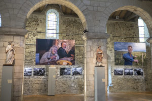 Exposition Chemin de Vignes Chemins de Vie avec Jean-Yves Bardin photographe et Serge Crampon plasticien à la Collégiale Saint-Martin à Angers