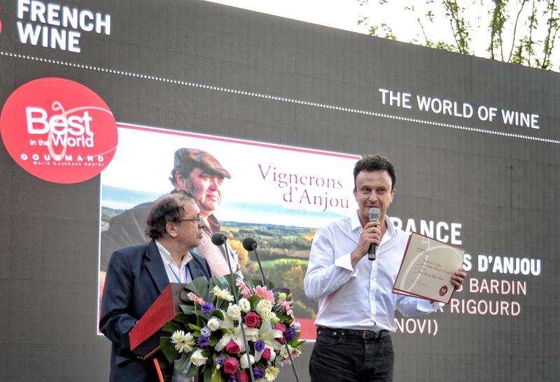 Jean-Yves Bardin reçoit le prix Best in the World dans la catégorie meilleur livre français sur le vin pour son livre Vignerons d'Anjou, aux Gourmand Awards International à Yantai en Chine